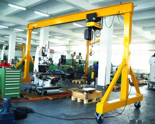 Portable gantry crane for workstation